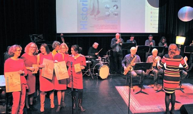 Organisatie Hisories: Maddy Blokland, Nienke Kronemeijer, Pauline Wijnen, Petra Bergstra en Hanneke de Ridder tijdens de Kick Off op het podium in het Lichtruim met de Big Band. FOTO: Els van Stratum