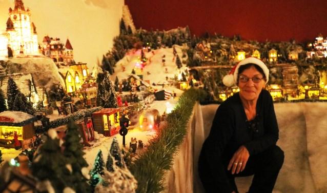 Rita Kuiper voor een klein gedeelte van haar Kerstdorp. (Foto: Arjen Dieperink)