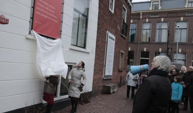 Op de foto met marifoon jubilaris Rieks Hoogenkamp en topviolist Hannah met Agnes onthulden het muurgedicht.