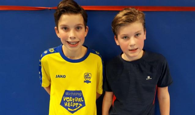 De organisatoren van het zaalvoetbaltoernooi zijn links Wouter Vriens en rechts Friso Tromp beide 11 jaar oud. FOTO: Maarten Bos