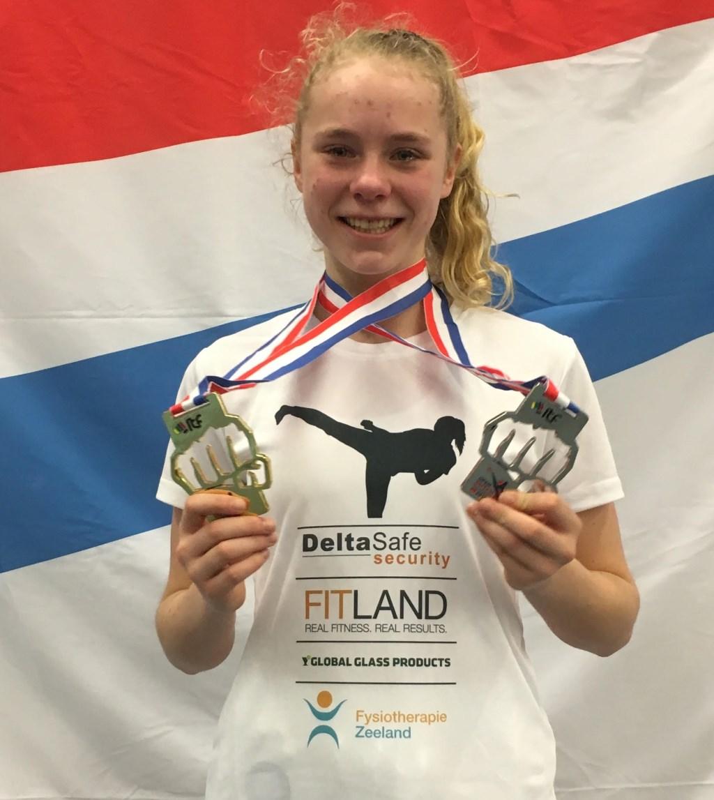 Merel de Rijke uit Arnemuiden met haar gouden én zilveren medailles. FOTO: PR
