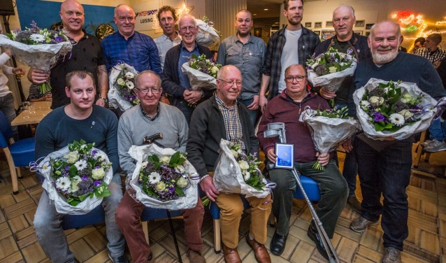 OBW's jubilarissen: staand (van links naar rechts) Dennis Versluijs, Rene Jansen, Marcel Kolkman, Theo Froon, Michiel Lubbers, Rob Scheers, Loek Tinneveld en Jan Willemsen en zittend Peter Jansen, Joep Froon, Jan Koenders en Paul Vister.
