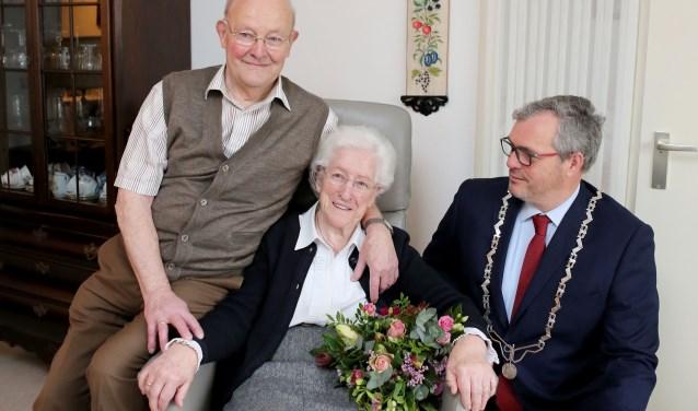 Burgemeester Kottelenberg op bezoek bij het echtpaar Van de Sluis.