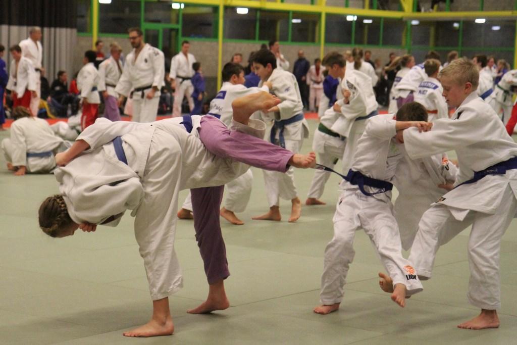 Linde (links) en Sem (rechts) scoren tegelijk Foto: Rita Evenberg © Persgroep