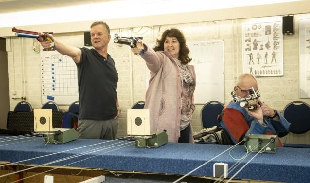 John, Marianne en Tonnie (v.l.n.r.) in schuttershouding op de schietbaan van Schietsportvereniging Sint Hubertus. (foto: Jimmy Israël)