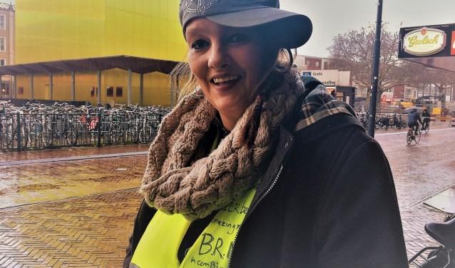"""Brenda Nijhe, oprichter en beheerder van de facebookpagina """"Gele Hesjes Arnhem"""" voor de - volgens vele hesjes - de veel te dure gele kubus."""