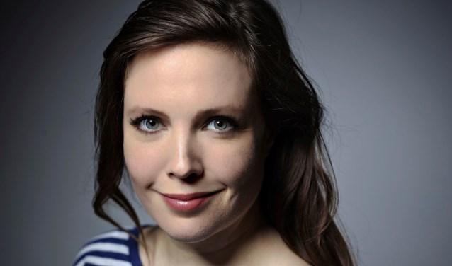 Ellen Deckwitz won o.m. de C. Buddingh-prijs voor het beste poëziedebuut van 2011-2012 met 'De steen vreest mij'. Ze treedt op in binnen- en buitenland, ook op Lowlands. Ze is columnist voor NRC Next. Eigen foto