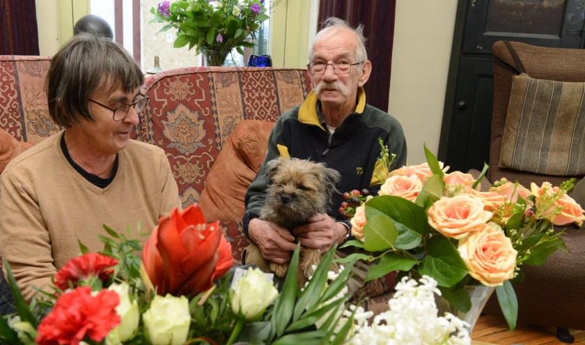 Riet en Bas Hartman en hondje zijn weer bij gekomen van de schrik en genieten van alle positieve dingen, zoals de bloemen, de kaarten en de hulp die ze hebben gekregen.
