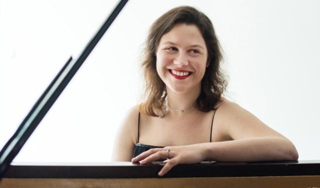 Anne Brackman (boven) brengt muziek ten gehore die geïnspireerd is door de kunstwerken van Liesbeth Piena (onder).