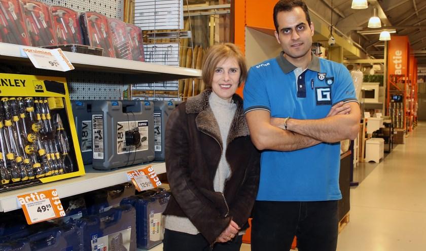 Met behulp van IDM  heeft Adireza uit Pakistan een vaste baan. Rechts van hem Marianne ter Laak. Foto: Theo van Sambeek.