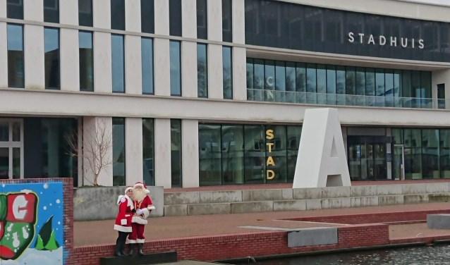 Voor het stadhuis werden door de kerstman en kerstvrouw lekkernijen uitgedeeld