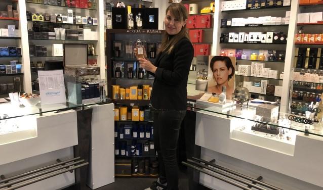 Miranda Jansen van Parfumerie Stumpf met de nieuwste geur in haar hand. FOTO: Lydia van der Meer