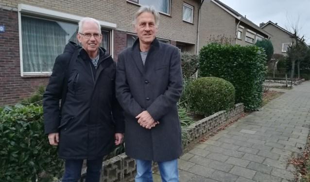 In de Elster wijk De Helster valt volgens Hans Welling (links) en Frank van Rooijen nog genoeg te verduurzamen. (foto: Hannie Schrijver)