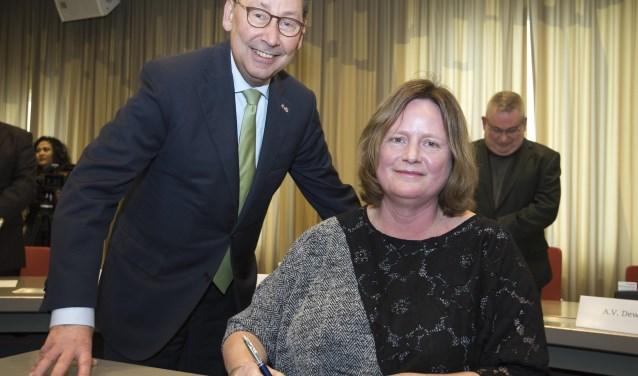 Daphne Bergman wordt benoemd tot de nieuwe burgemeester van de gemeente Beuningen door Clemens Cornielje (de commissaris van de Koning in Gelderland).