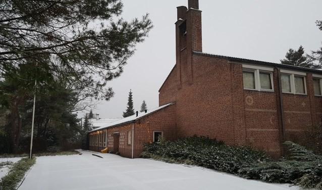De Agnus Dei kerk in een winters decor. Zaterdag start de stiltewandeling hier om 16.00 uur.