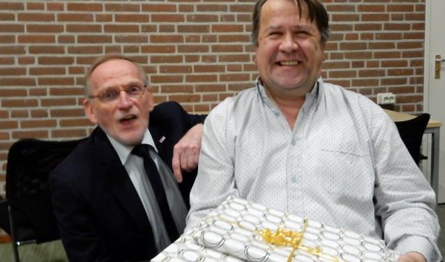 Gerald van Laar (r) is zichtbaar blij met de verrassingsbijeenkomst waar hij door Koos de Heij (l) geroemd werd vanwege zijn grote inzet als bijna 50 jaar Rode Kruisvrijwilliger. Foto: Asta Diepen Stöpler