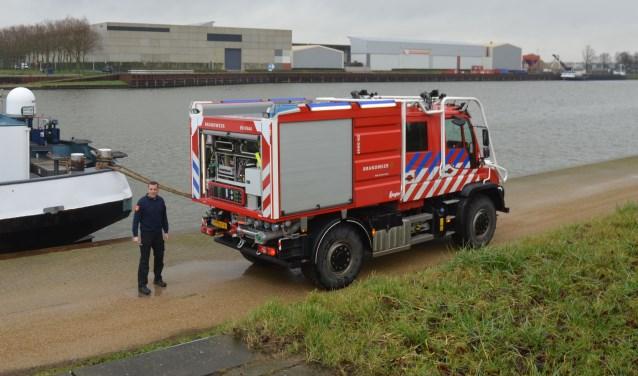 Vol trots heeft oefencoördinator én vrijwilliger Gertjan de Vries het nieuwe voertuig aan de kade geparkeerd. FOTO: Ben Blom