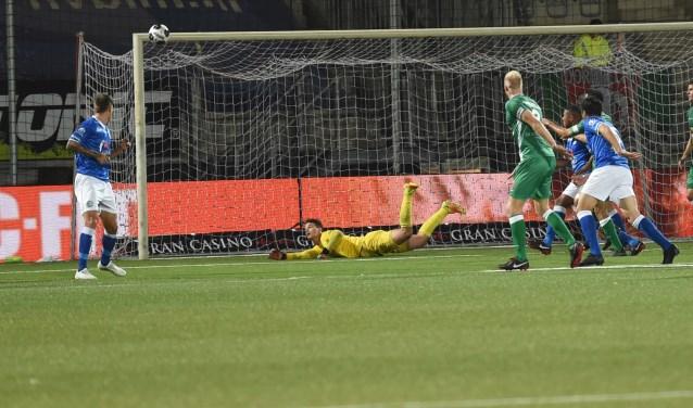 Wouter in actie. Hij voorkomt een doelpunt van FC Dordrecht, waardoor FC Den Bosch de wedstrijd in oktober met 1-0 wint. Foto: Henk van Esch