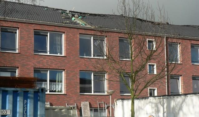 De trieste aanblik van de vijftien woningen aan de Insulindesingel, die in nieuwjaarsnacht werden getroffen door een felle brand. (Foto: Peter Spek)