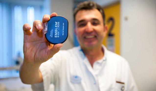 Cardioloog Alhashimi toont een ICD.