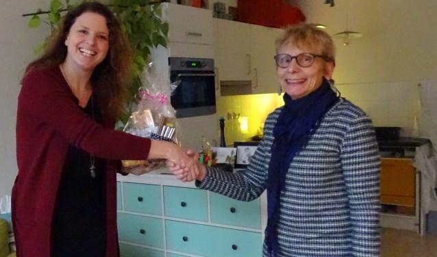 Lynn Goossens ontvangt de aanmoedigingsprijs. Meer informatie over de Vrijwilligerscentrale op de site: www.vrijwilligersstichtsevecht.nl. Tekst en foto: Joke Stapper