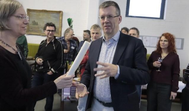 Wethouder Joost Reus ontvang de oorkonde met het aantal reperaties door Repair verricht in 2018