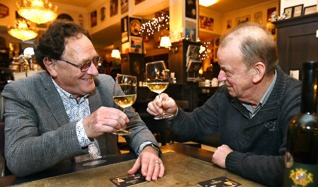 Jules Moorman in zijn favoriete grand café/repetitielocatie met bestuurslid Rinus Bergevoet.