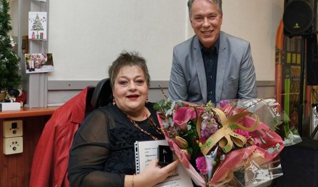 Attie kreeg de Zilveren Microfoon uitgereikt door voorzitter Hans Magito (Foto: Roelie 't Jong)