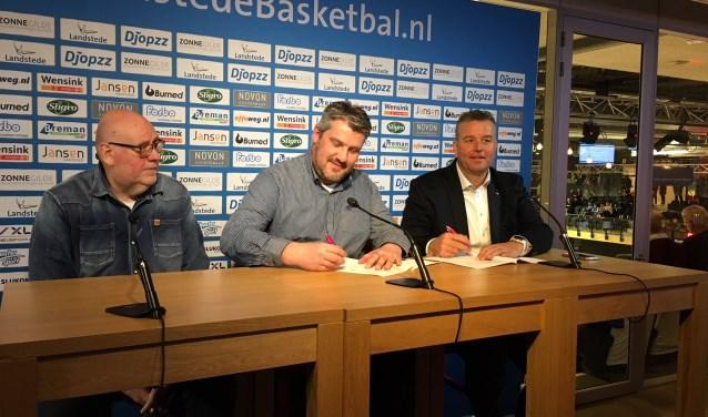 De partnerovereenkomst wordt ondertekend door voorzitter R. Broekhuizen