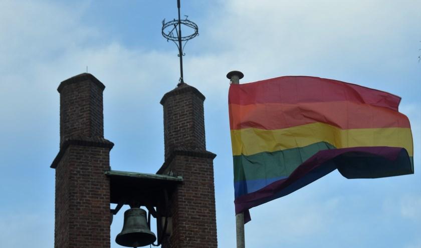 De regenboogvlag wappert sinds vorige week op de Agnus Dei-kerk.
