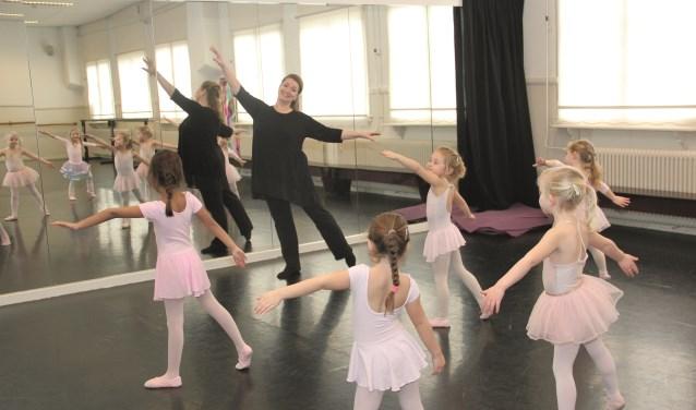 Jacqueline Parmentier doet kinderen voor hoe het moet.