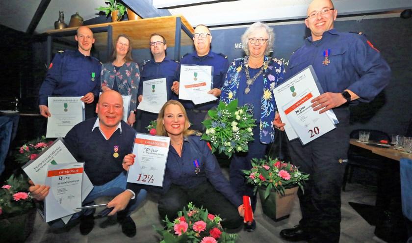 De gedecoreerden bij de Ridderkerkse brandweer amen met burgemeester Attema (Foto: Dennis van Wingerden)