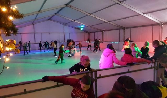 Schaatsende kinderen op de overdekte ijsbaan. FOTO: M. van Heeringen
