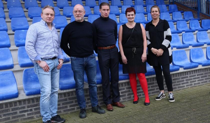 Een deel van de enthousiaste jubileumcommissie van Juliana Mill met voorzitter Tom Heerbaart (midden). (foto: Marco van den Broek)