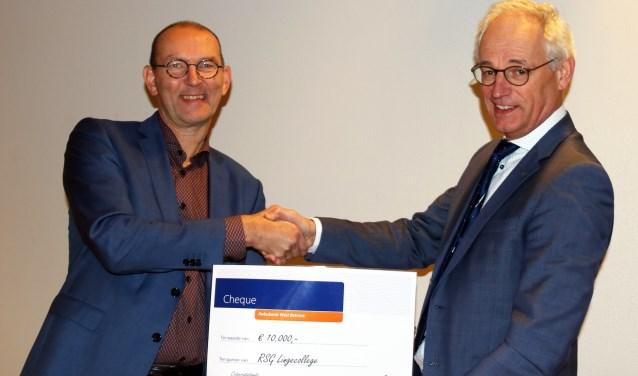 Rabobank West-Betuw overhandigt een cheque aan het Lingecollege.