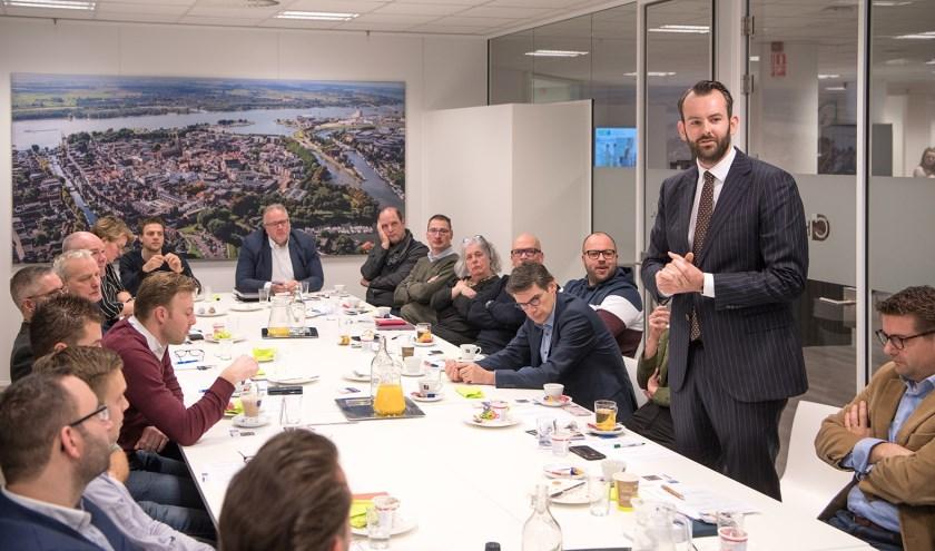 Kennismaken met de speciale gasten van de ochtend: burgemeester Reinie Melissant en wethouder Joost van der Geest (staand). Foto: Alex Willemsen