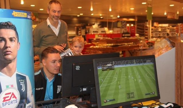 Onder toeziend oog van Herman van Limbeek waagden jong en oud zich aan een spelletje op de Playstation
