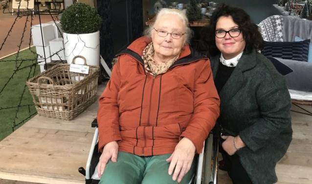 Saskia van Moorsel met mevrouw Wevers, die op 24 januari 90 wordt, in pas sinds kort weet wat de Zonnebloem allemaal doet.