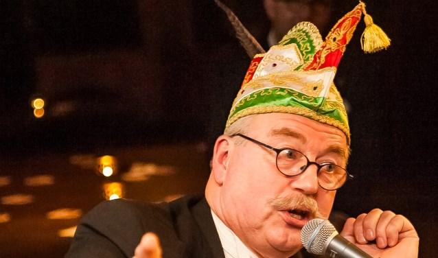 Oud-president van de Nölers Theo Hoefs nölt er lustig op los. (foto: Arjan Broekmans)