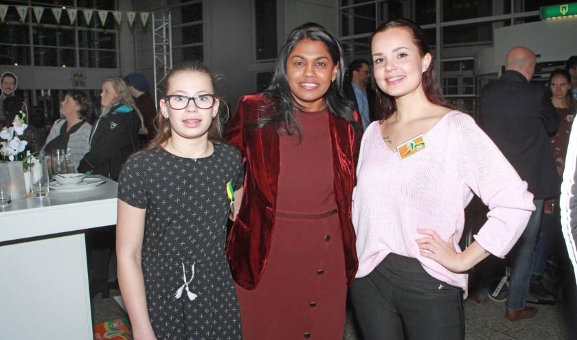 Wethouder Kavita Parbhudayal met Daniélle (l) en Puck. (Foto: Peter van Zetten)