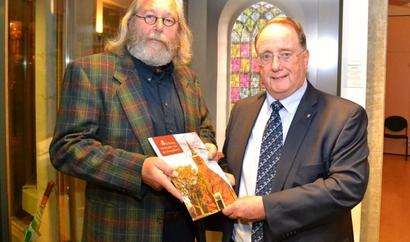 Foto: John Schaap (links) overhandigde het eerste exemplaar aan Simon Hoek. (Foto: PR)