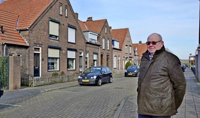De karakteristieke huizen in Tuindorp. Jan van de Zand weet veel over de geschiedenis van het dorp te vertellen. (foto: Ab Hendriks)