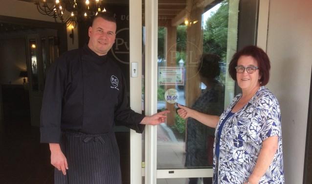 De Toegankelijkheidssticker hangt voor bij de deur van het restaurant Poort van Loon.