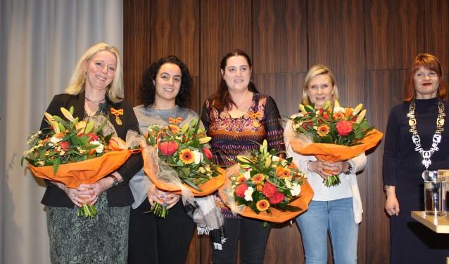 Natalya Winters-Joosten (rechts) was geheel verrast met de toekenning van de Eerepenning voor Menschlievend Hulpbetoon.