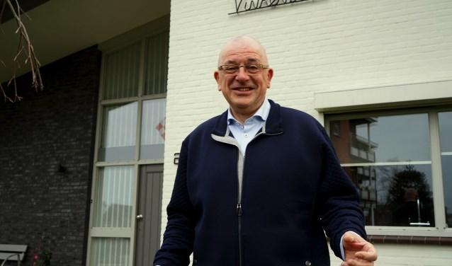 Pierre Bos voor zijn woning in Sint Anthonis. De naam Vinkenbos is een samenvoegsel van de achternamen van Pierre Bos en zijn vrouw Toos. (foto: Tom Oosthout)