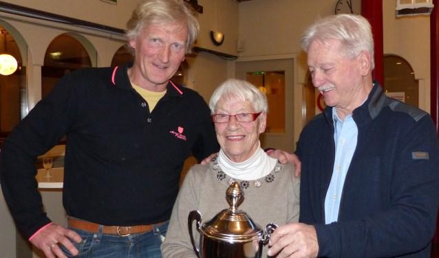 Nel Bolder met de winnaars Arie Sluis en Axel Hoff.