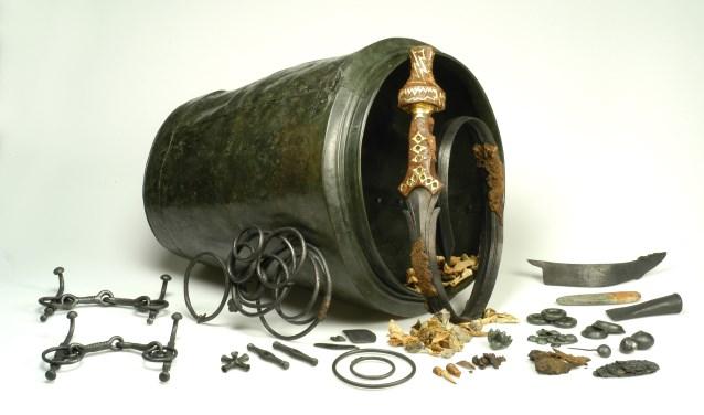 Het kromzwaard en de situla, de bronzen 'emmer' waar de grafvondst in is gevonden.