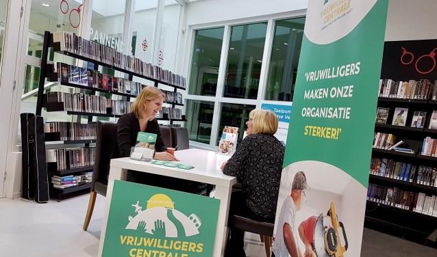In de bibliotheek Maarssenbroek is het eerste inloopspreekuur van de Vrijwilligerscentrale Stichtse Vecht van start gegaan. Foto: Vrijwilligerscentrale Stichtse Vecht