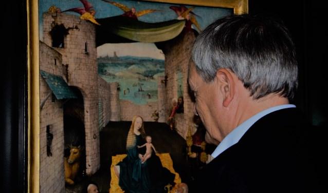 Charles de Mooij, directeur van Het Noordbrabants Museum, bekijkt De Aanbidding der Koningen van Jheronimus Bosch. Foto: Hanneke Roos