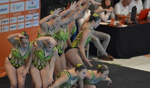 De dames van de Algemene Capelse Zwemvereniging (AZC) in actie tijdens het NK.